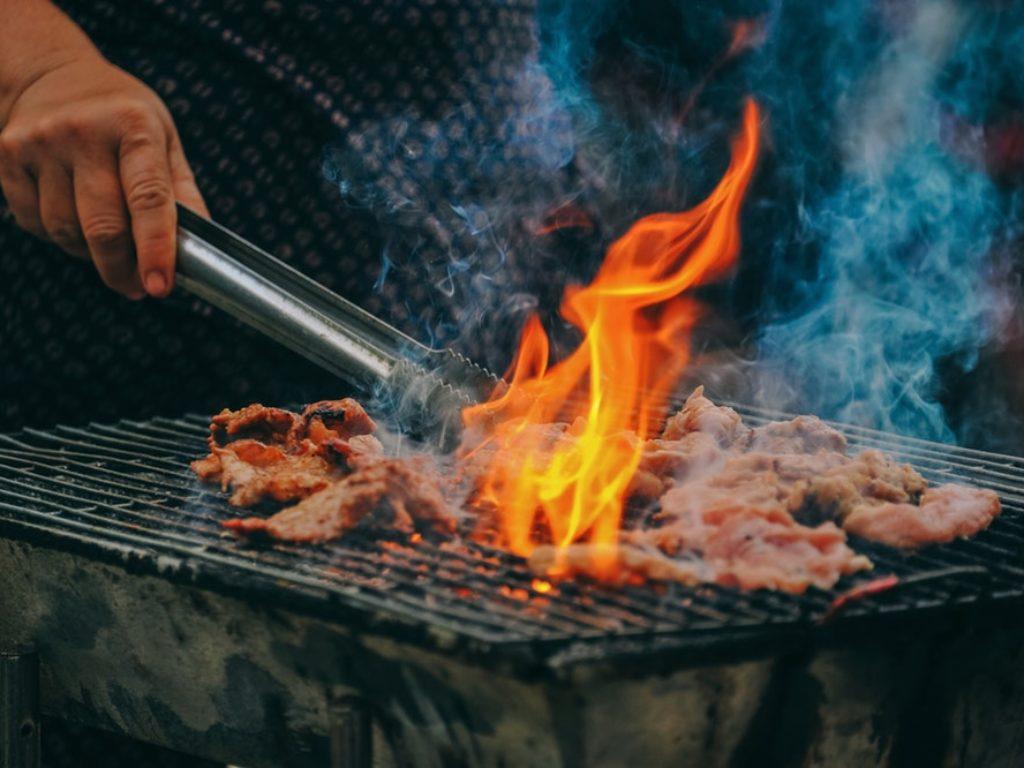 Fumaça do churrasco: O cheiro é bom, mas faz mal à saúde